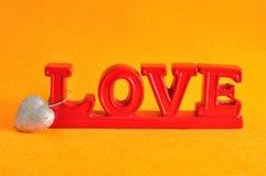 L'amour de mot avec un coeur argenté de scintillement Image libre de droits