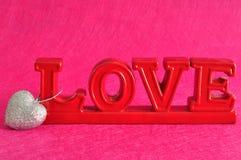 L'amour de mot avec un coeur argenté de scintillement Photographie stock libre de droits