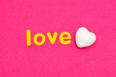 L'amour de mot avec un coeur blanc de polystyrène Photo stock