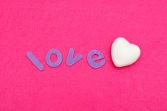 L'amour de mot avec un coeur blanc de polystyrène Photographie stock libre de droits