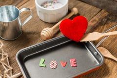 L'amour de mot dans la poêle pour l'amour ou coeur sain Photo libre de droits