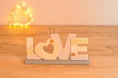 L'amour de mot dans le bleu avec hors de la forme de coeur de lumière de foyer Photo libre de droits