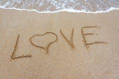 L'amour de mot dans le sable sur la plage Image libre de droits