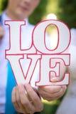 L'amour de mot dans les mains des amants Photo libre de droits