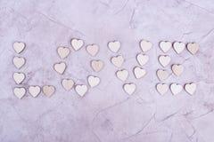 L'amour de mot des coeurs en bois Photographie stock libre de droits