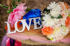 L'amour de mot en bois et fleurs blancs Image stock
