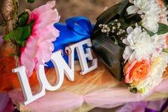 L'amour de mot en bois et fleurs blancs Photo libre de droits