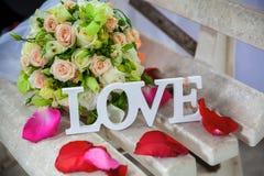 L'amour de mot en bois et fleurs blancs Images libres de droits