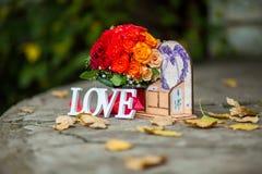 L'amour de mot en bois et fleurs blancs Image libre de droits