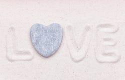 L'amour de mot est écrit dans le sable blanc Image libre de droits