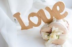 L'amour de mot est fait de boîte à bijoux en bois et belle Photo stock