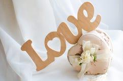 L'amour de mot est fait en fond blanc en bois Image stock