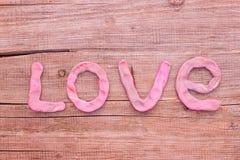 L'amour de mot est pâte présentée sur un conseil en bois Images libres de droits