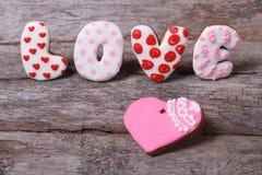 L'amour de mot et le coeur des biscuits Photos libres de droits