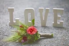 L'amour de mot et un bouquet des fleurs Photos libres de droits