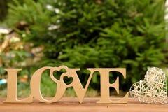 L'amour de mot et un coeur avec des roses Image stock