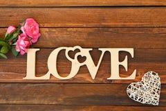 L'amour de mot et un coeur avec des roses Image libre de droits