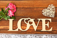 L'amour de mot et un coeur avec des roses Photographie stock