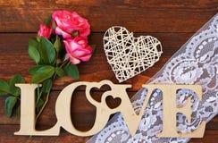 L'amour de mot et un coeur avec des roses Images libres de droits
