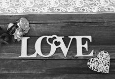 L'amour de mot et un coeur avec des roses Photographie stock libre de droits