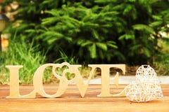 L'amour de mot et un coeur avec des roses Photo libre de droits