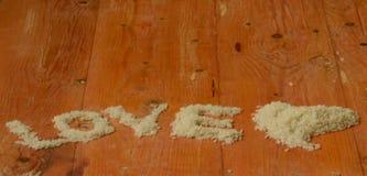 L'amour de mot fait à partir du riz Riz, amour, coeur, reis, arroz, riso, riz,  de риÑ, liebe, amor, amore, intrigue amoureuse Photographie stock