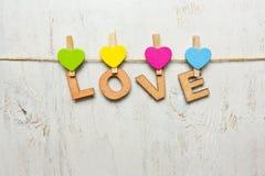 L'amour de mot fait de lettres en bois sur un fond blanc vieux Photo stock