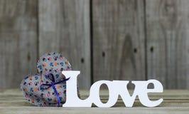 L'amour de mot par le coeur floral bleu avec le ruban Image libre de droits