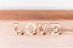 L'amour de mot sur en bois Image stock
