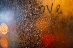 L'amour de mot sur la fenêtre sous la pluie Photographie stock libre de droits