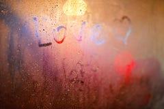 L'amour de mot sur la fenêtre sous la pluie Images stock
