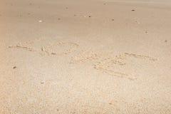 L'amour de mot sur la plage avec la vague Photo libre de droits