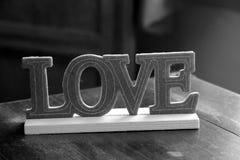 L'amour de mot sur la surface en bois Photo stock
