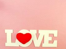 L'amour de mot sur le fond rose Image libre de droits