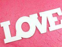 L'amour de mot sur le fond rose Photographie stock libre de droits