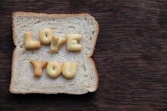 L'amour de mot sur le pain Photographie stock