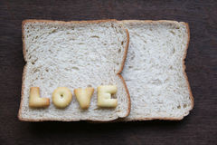 L'amour de mot sur le pain Photo stock