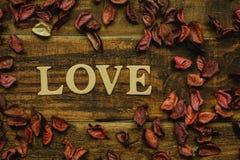 L'amour de mot sur un en bois rustique Photos stock