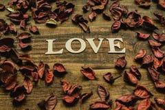 L'amour de mot sur un en bois rustique Photos libres de droits