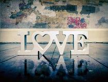 L'amour de mot sur un vieux plancher en bois Photographie stock