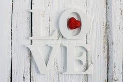 L'amour de mot sur une table blanche Image libre de droits
