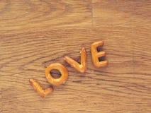 L'amour de mot sur une table en bois Photographie stock libre de droits