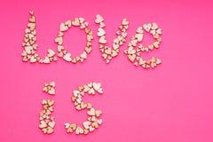 L'AMOUR de mots est fait à partir des formes en bois de coeur Photo stock