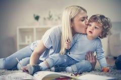L'amour de part de mère avec son fils ont jouer ensemble Image libre de droits