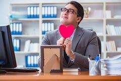 L'amour de sentiment d'homme d'affaires et aimé dans le bureau Images libres de droits