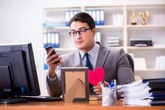 L'amour de sentiment d'homme d'affaires et aimé dans le bureau Photographie stock