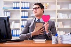 L'amour de sentiment d'homme d'affaires et aimé dans le bureau Image libre de droits
