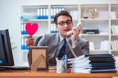 L'amour de sentiment d'homme d'affaires et aimé dans le bureau Photo stock