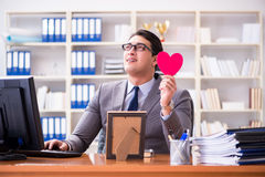 L'amour de sentiment d'homme d'affaires et aimé dans le bureau Photo libre de droits