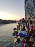 L'amour de serrure, chez Pont des Arts, Paris images stock